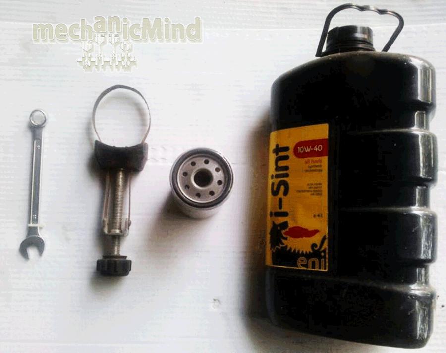 Figura 1: Nell'ordine troviamo Chiave Inglese 14, chiave per filtro olio, Filtro Olio, Olio Motore Sintetico