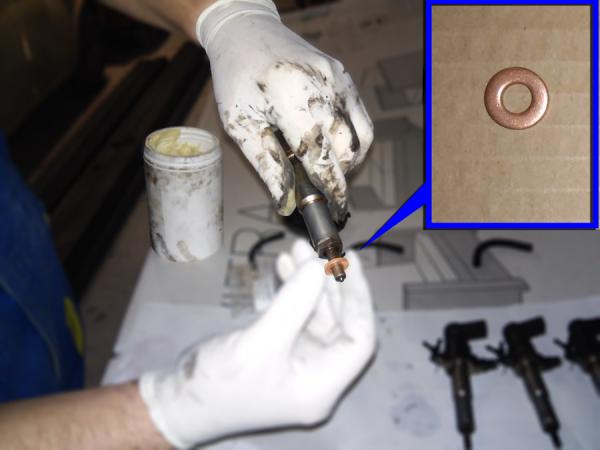 Figura 5: Inseriamo la guarnizione in rame sulla base dell'iniettore